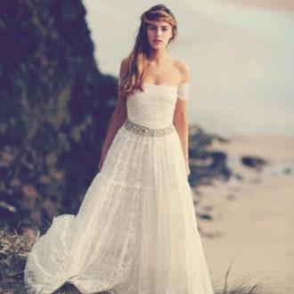 novia con vestido estilo boho en la playa