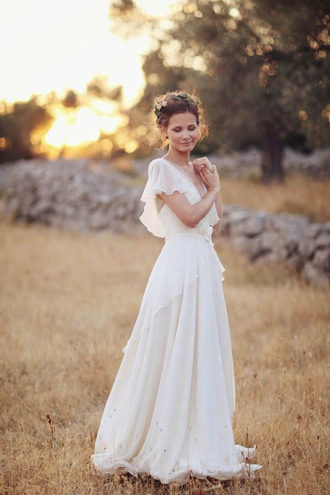 novia con vestido estilo boho en el campo