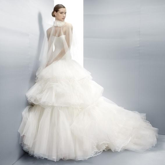 novia con vestido de capas de tul sobrepuestas