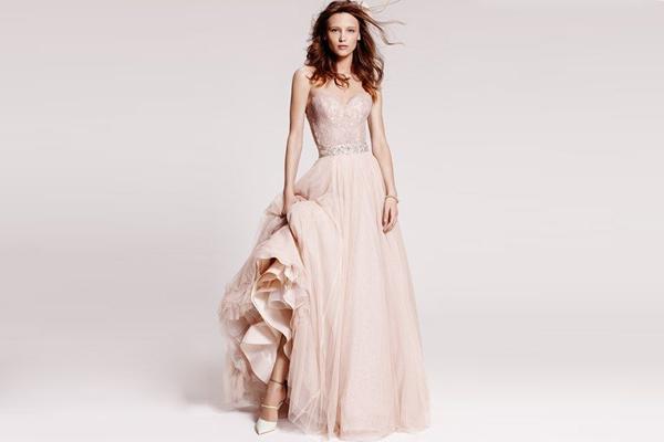 novia con vestido de color rosa pastel