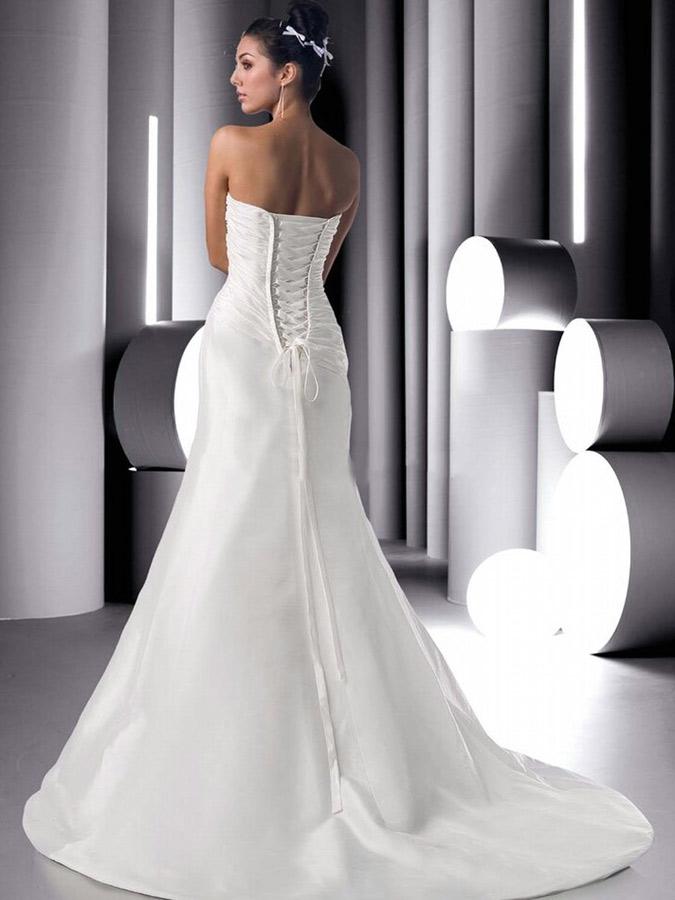 novia con vestido de espaldas, parte superior en forma de corsé