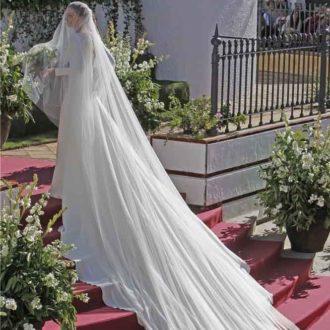 vestido de novia de Eva González con cola en escaleras
