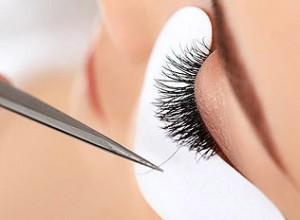 colocación de extensión de pestaña pelo a pelo ojo protegido