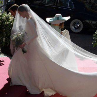 vestido minimalista de Eva González yendo al altar