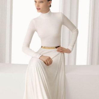 novia con vestido minimalista y cinturón dorado
