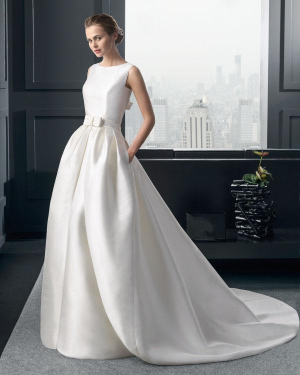 novia con vestido de novia con sobrefalda