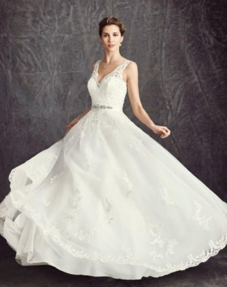 novia con vestido de tirantes de encaje