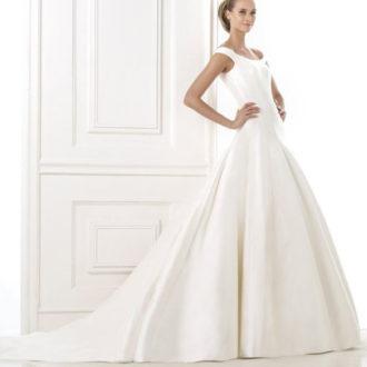 novia con vestido de tirante ancho y coleta