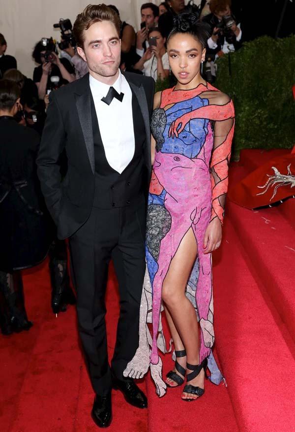 FKA Twigs y Robert Pattinson en la entrada de unos premios con anillo compromiso