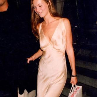 Kate Moss con slip dress y bolsa en la mano