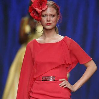 vestido para invitada de boda en color rojo, pasarela