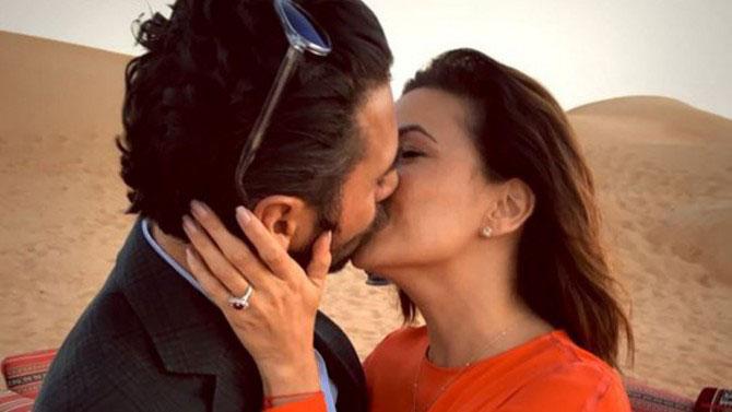 Eva Longoria y José Antonio Bastón besándose en el desierto