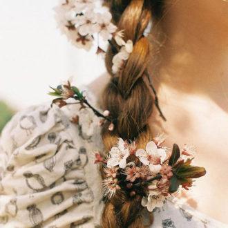 detalle trenza de novia con flores entrelazadas