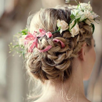 primer plano recogido novia con corona de flores