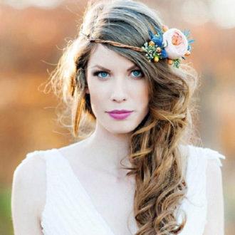 primer plano novia con el pelo suelto en el lateral y corona de flores