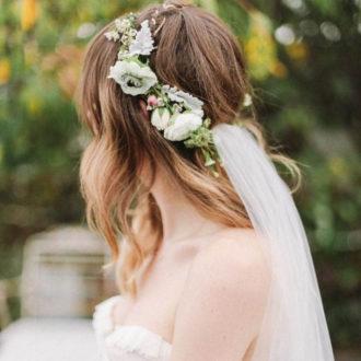 novia de perfil con pelo suelto, velo y corona de flores