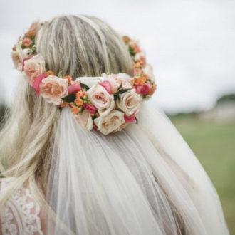primer plano parte trasera peinado novia con velo y corona de flores