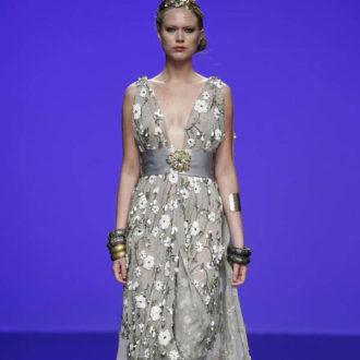 vestido para invitada de boda de estilo griego gris