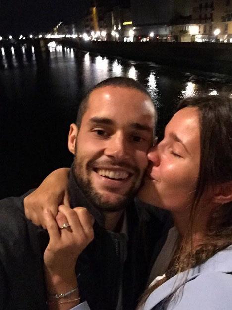 Malena Costa y Mario Suárez mostrando su amor y su alianza al aire libre