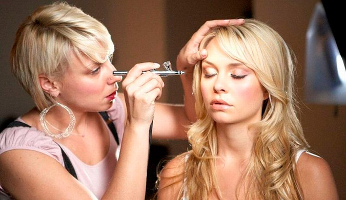 novia siendo maquillada por maquilladora con aerógrafo