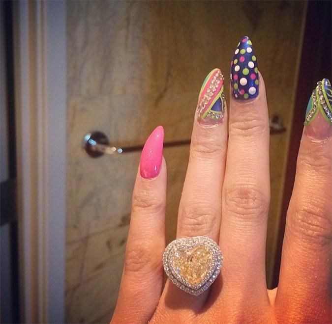 mano de Nicki Minaj con anillo de compromiso y manicura original