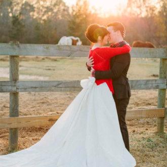 pareja besándose al aire libre, novia con chaqueta roja