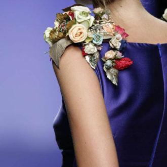 detalle de aplicación floral en vestido para invitada de boda