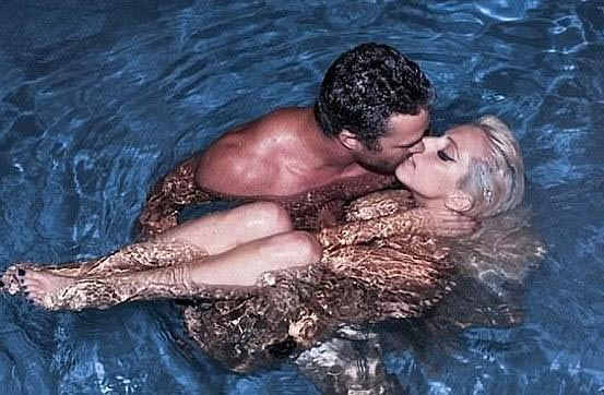 Lady Gaga y Taylor Kinney besándose en el agua