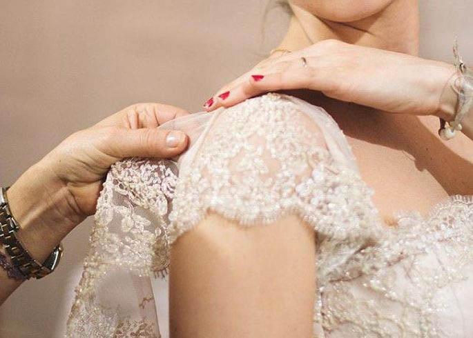 modista colocando una manga al vestido de novia