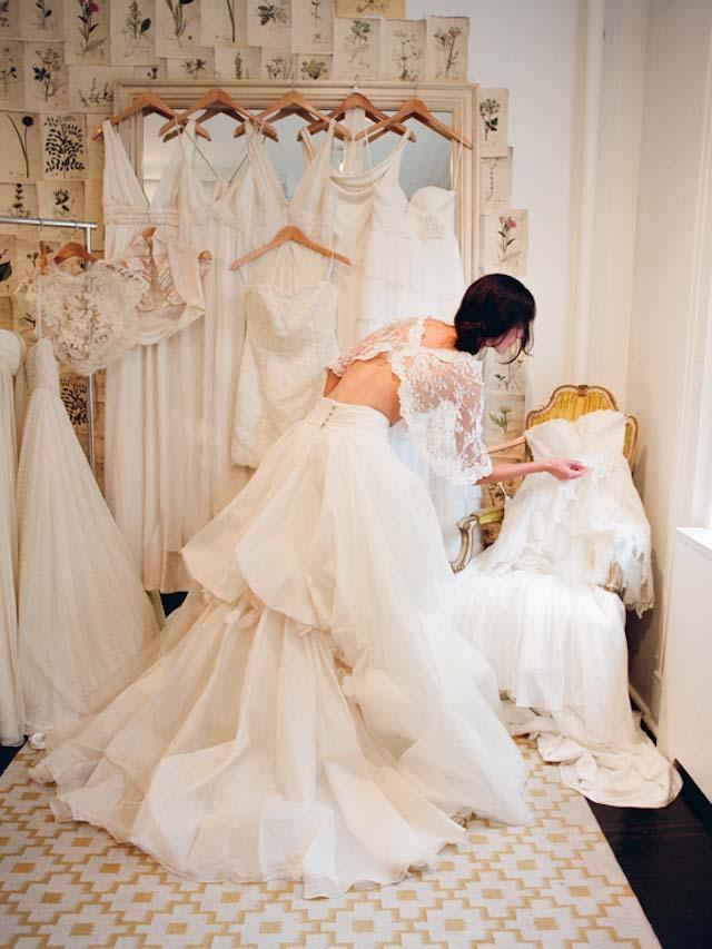 novia en tienda de vestidos de novia realizando pruebas