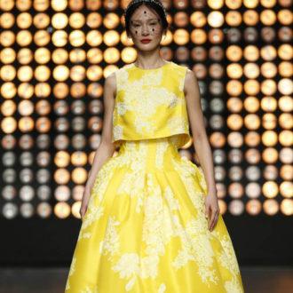 vestido para invitada de boda con falda voluminosa amarillo