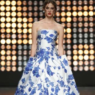 vestido para invitada de boda con falda voluminosa azul