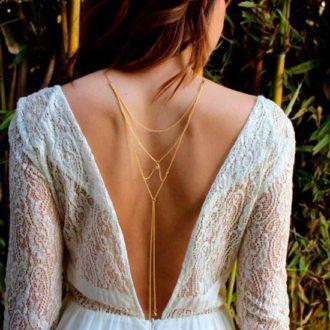novia con vestido de escote en v por la espalda con collar largo