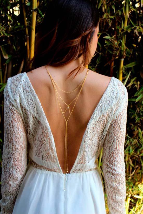 aff5f2d47da2 novia con vestido de escote en v por la espalda con collar largo