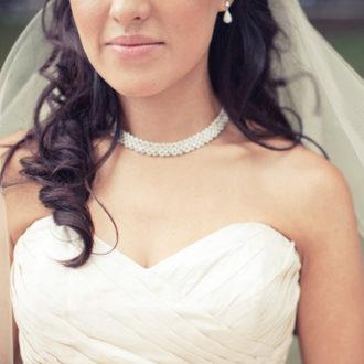 novia con vestido escote corazón con gargantilla de brillantes y pendiente lágrima