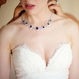 novia con vestido escote corazón con gargantilla de piedras azules