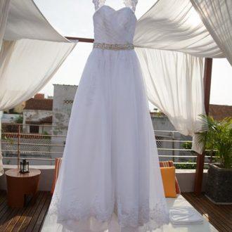 vestido de novia colgado en percha al aire libre