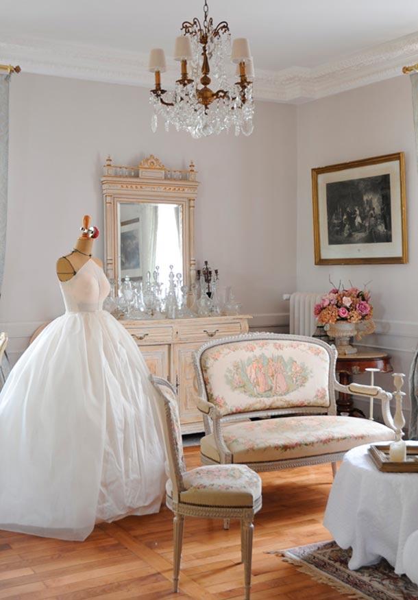 vestido de novia en maniquí en el interior de una casa