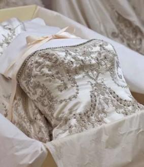 vestido de novia guardado en caja con papel de seda