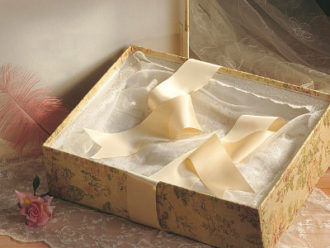 caja decorada con vestido de novia guardado