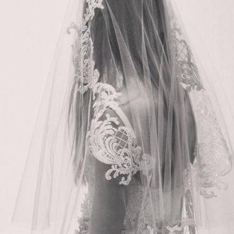 plano medio de vestido de novia y velo de la colección de Elie Saab