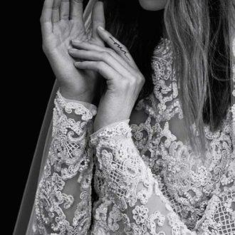 plano medio de novia con vestido de encaje de Elie Saab