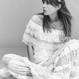 novia sentada con vestido de encaje de estilo boho de Elie Saab