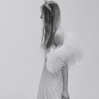 novia de perfil con vestido de novia y bolero de la colección de Elie Saab