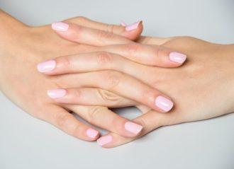 manicura en tono nude manos entrelazadas