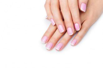 manos sobrepuestas con manicura francesa