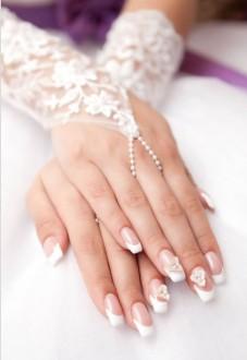 manos novia sobrepuestas con mitones y manicura nail art