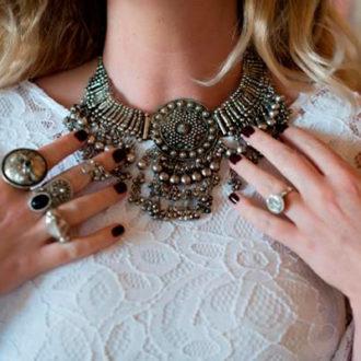 novia con maxi collar