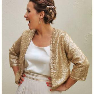 plano medio de novia con chaqueta fina glitter