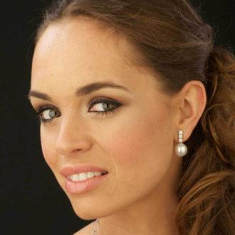 novia con pendientes de perlas australianas